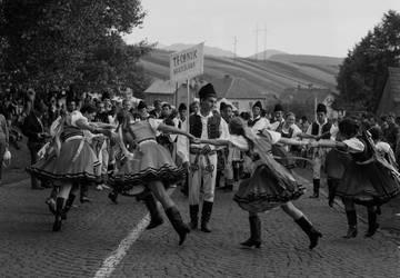 Na archívnej snímke z 15. júla 1968 roztancovaný súbor Technik z Bratislavy na Folklórnom festivale Východná. V sobotu 13. júla sa začali vo Východnej tradičné folklórne slávnosti, na ktorých sa zúčastnili okrem domácich súborov aj krajanské súbory z Maďarska, Juhoslávie a aj z Kanady. FOTO TASR - M. Vanková
