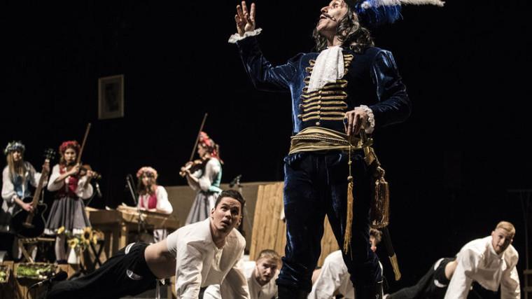 Režisér predstavenia Adrian Schvarzstein (v popredí), ktorý si zahral postavu drába. Autor: Milan Illik