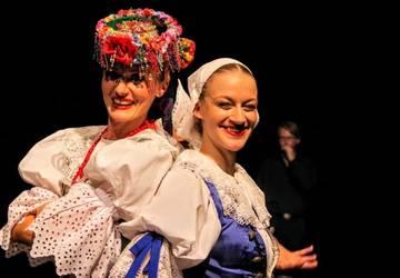 Katarzyna Grysko a Martina Nadzamová v krojoch. Foto - Stano Stehlík